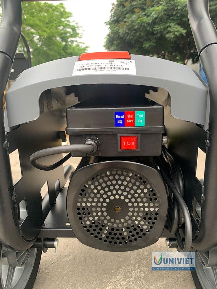 Motor của máy và nút bật máy ở phía sau