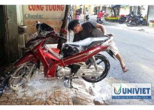 rửa xe máy